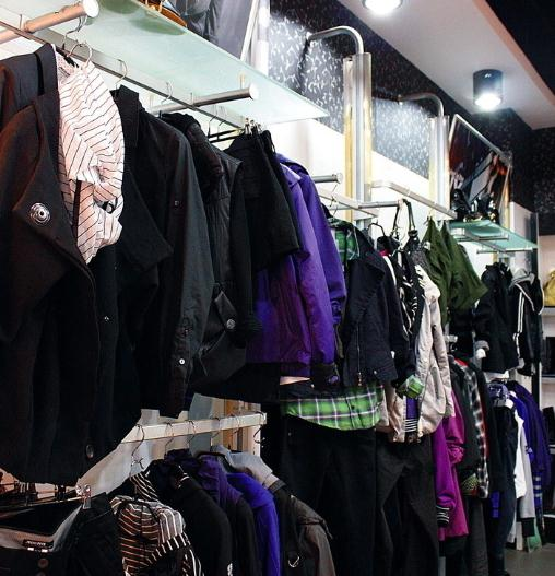 义乌一服装店遭内贼 藏有赃物的衣服被买走