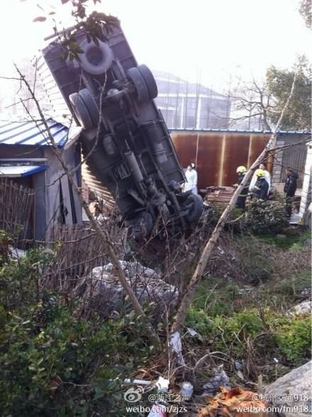 突发 杭州 转塘 望江山 疗养院 门口 一货车 翻车 一人 遇难