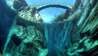 摄影师只身潜入水底拍摄别样河谷美景