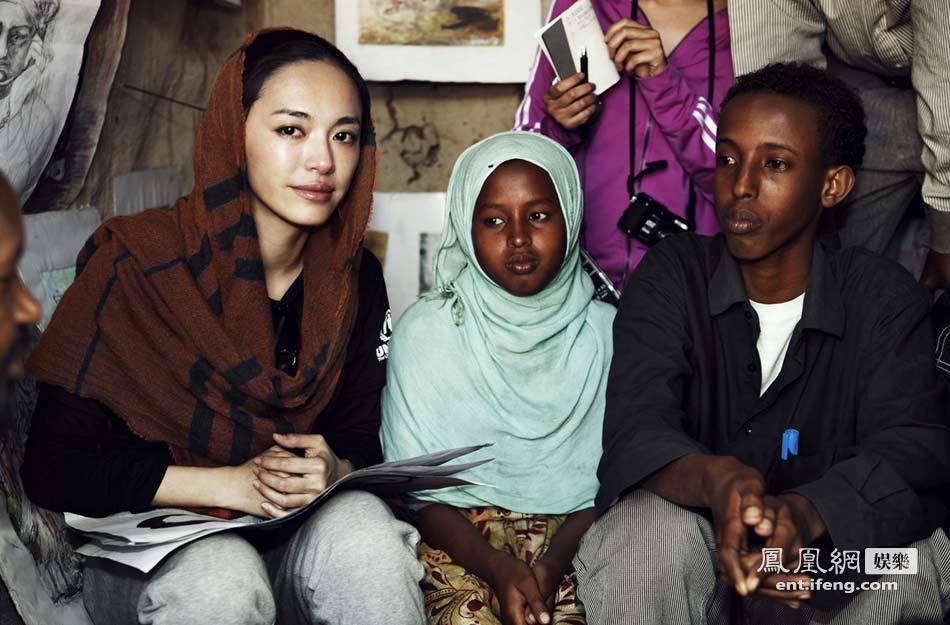 姚晨探访非洲难民营 与难民面对面交谈感伤落泪