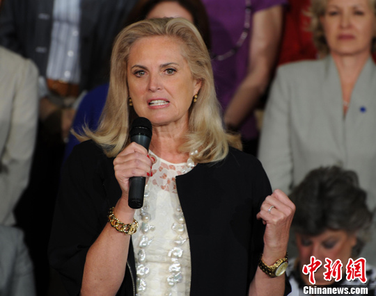 """夫人安·罗姆尼陪伴罗姆尼左右,站台助选。作为五个孩子的母亲,安·罗姆尼一直充当全职妈妈,早前有民主党顾问称她""""没上过一天班"""",结果引来歧视家庭主妇的争论。"""