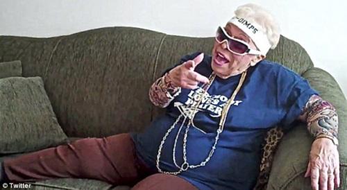 这位老人名叫兰贝蒂,家住美国斯塔滕岛,她的丈夫已经离世,但她人老心不老。她曾戴着印有自己推特用户名的白头巾和墨镜,手臂上弄满假纹身,在家中沙发上摆姿势拍照。