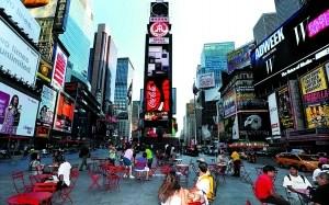 按照惯例,时报广场一块普通的液晶屏,一个月租金达30万-40万美元。当然,根据投放时段,具体位置,不同载体,价格会有差异。