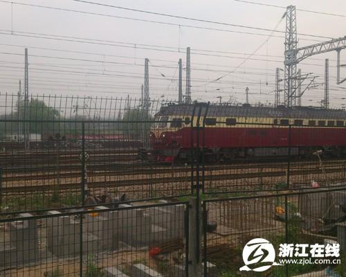 一辆火车经过,靠近铁围栏的位置就是正在修建的杭宁高铁