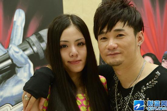 《中国好声音》黄勇与女友亲密合影