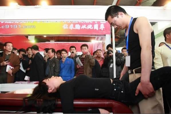 性文化节高v暴力暴力热卖美女展被指生殖器展女生飞踹校园玉石图片
