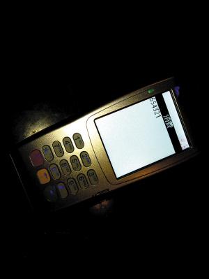 两岸咖啡朝晖店的POS机,如未按常规操作,会清楚显示6位密码