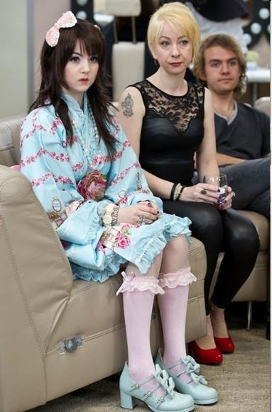 英15岁少女扮日系充气娃娃视频爆红