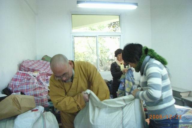 智渡法师领众于德胜幼儿园捐衣