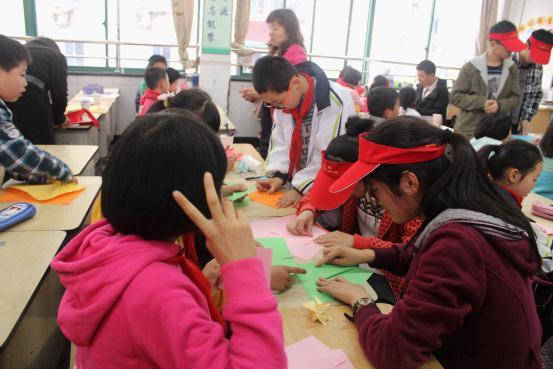 浙商大志愿者与小学生共做折纸宣传保护森林