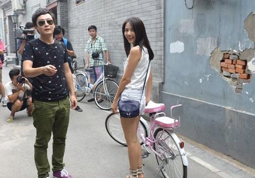 高圆圆骑自行车游北京老胡同