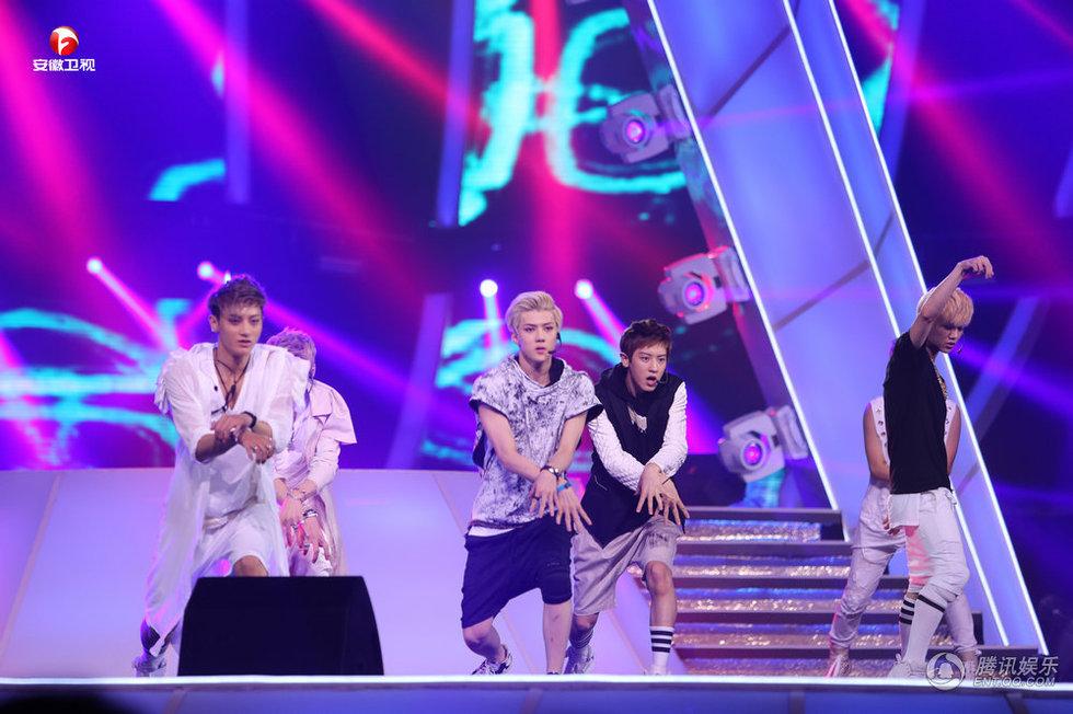 EXO全员合体人气爆棚与杨幂上演狼与美女鹿