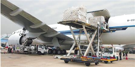 航空波音777大型货机,在杭州机场装载完全国各地的近