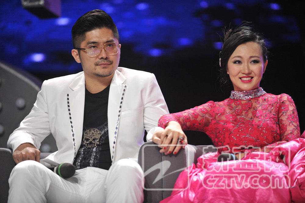 潘阳将昔日里曾与著名钢琴家朗朗同班的老公石磊带到舞台上,夫妻俩一