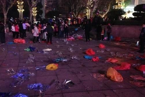 人民广场剩下一地垃圾