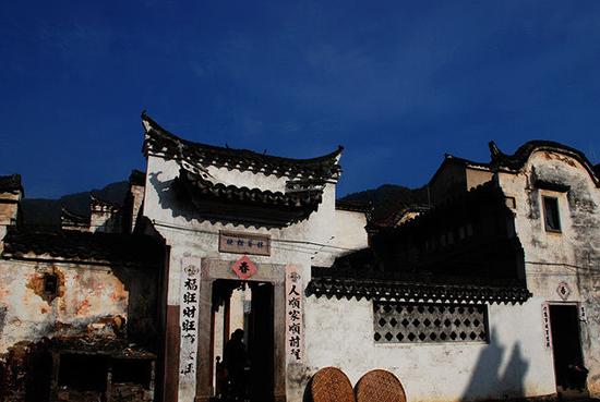 """被誉为""""一城山色半城湖""""的千岛湖镇是淳安县政治, 经济,交通和文化"""