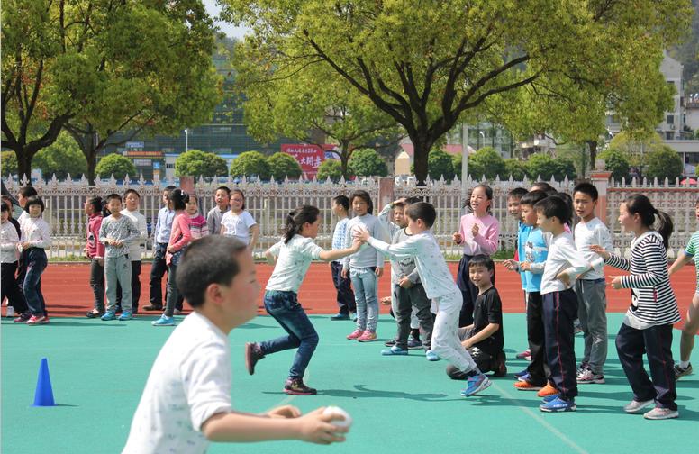 """【开化县】天地外国语学校""""翻山越岭""""趣味接力比赛"""