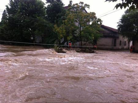 梅雨致使多地河水暴漲