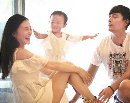 贾乃亮李小璐带女儿重游三亚晒幸福