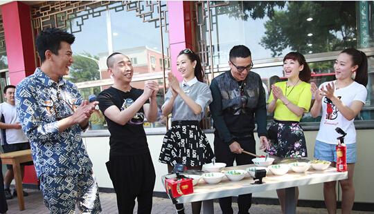 《爽食行天下》:白凯南天津街头说相声卖煎饼果子