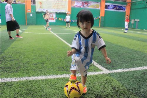 【世界杯·本地】美萌娃爱踢球
