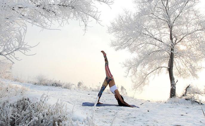 【瑜伽】清凉美女 30℃雪地秀身姿