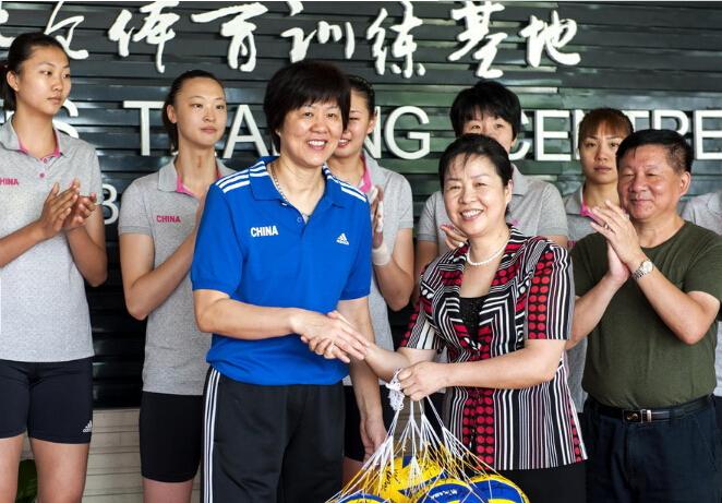 【女排】女排签赠排球助力北仑慈善事业