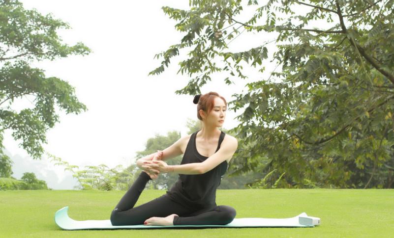 【瑜伽】胡静草坪做瑜伽