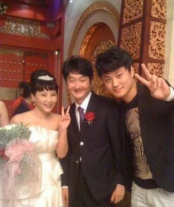 王大治(中)与戴露在婚礼上