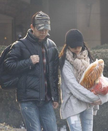 2008年09月22日,潘粤明在拍建国60周年献礼的重点影片《天安门》时,他除明确承认已经与董洁完婚外,还称要抓紧拍完赶快回到董洁身边。