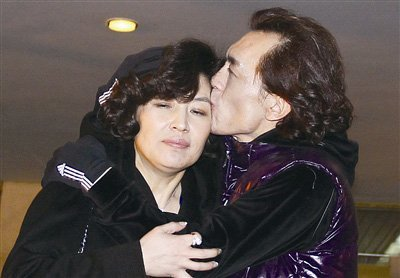 李咏亲吻爱妻哈文表支持