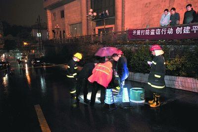 22日,长沙市消防队员在出事的下水道处搜救。CFP图