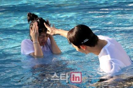 鬼鬼与2PM玉泽演出演《我们结婚了》 现场亲密照片曝光