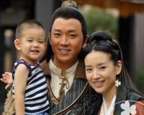 """据悉,一根油条,让董洁恋上了潘粤明。从2005年的相识,到2008年8月,潘粤明公开承认他与董洁已经登记结婚。这场跨越年龄的婚姻,伴着""""谋女郎""""的烙印,终于修成正果了。"""