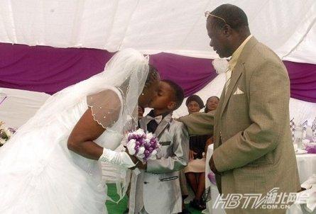 8岁男孩娶61岁老妇 南非男孩为已去世祖父行结婚仪式(图)