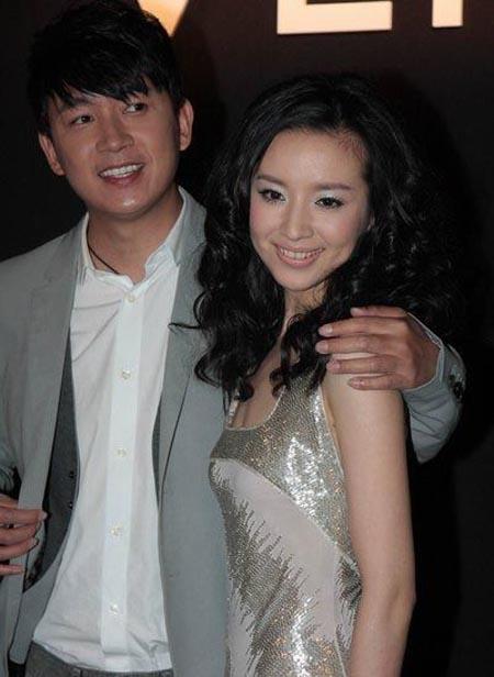 2008年9月26日,潘粤明与董洁在北京燕莎附近某俱乐部低调完婚。两人为低调处理因而并未通知演艺圈好友。