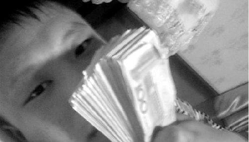 拿着一叠钞票网上炫耀