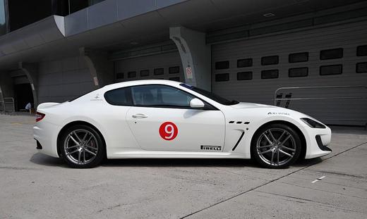 GT MC的外形是基于普通版GT/GT S的基础上升级改造的,车身总体轮廓不变,依然是一部长达4.9米的大跑车。虽然名为赛车版,但并没有显著夸张的外部修饰。外观上GT MC最显著的特征是车头的U形下进气隔栅,以及尾部彻底大面积的黑色扰流器。五星型轮圈也是GT车系中唯一的,GT的其余型号均采用多幅条轮圈。