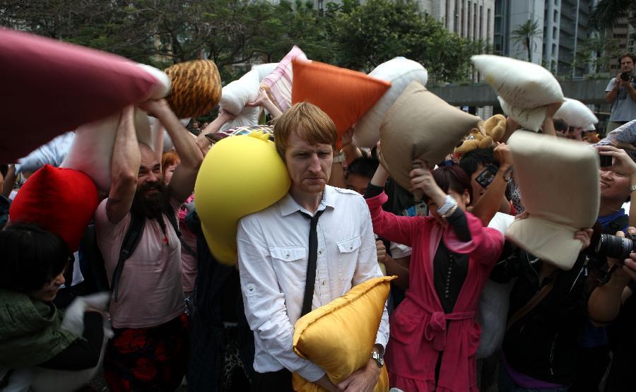 (晚报)(2)香港:枕头大战