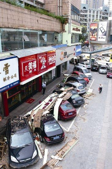 温州某大厦一店招从二楼坠落 砸伤路边的7辆车