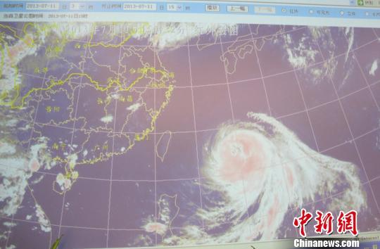 """图为:7月11日下午三点钟的超强台风""""苏力""""卫星图。"""