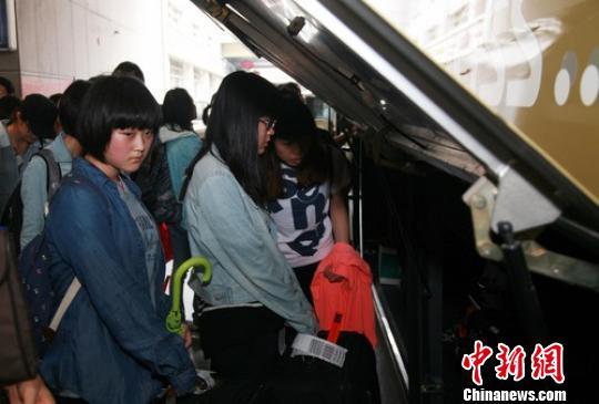7月14日下午,31名江山中学师生以及2名家属和3名工作组成员乘坐高铁到达杭州,再乘大巴回江山。