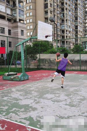 小伙在球场打球。