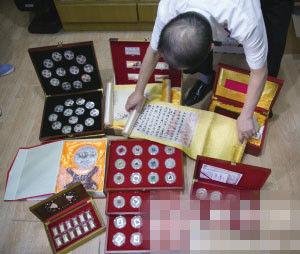 """甘大伯摆出了老伴在半年内买的一部分""""收藏品"""" 记者 陈中秋 摄"""