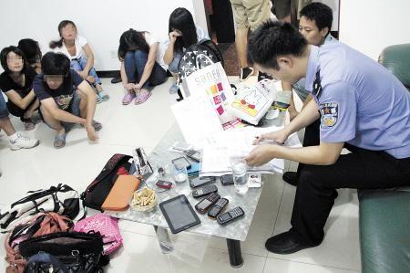 民警正在清查涉嫌传销人员。 徐岳 颜家文 摄影报道