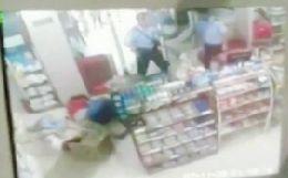 监控视频显示两民警的确在事发现场