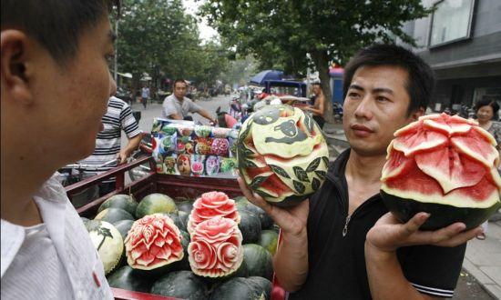 小伙街头卖艺术西瓜