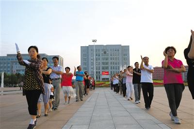 2013年7月13日,成吉思汗广场上,市民们在健身。