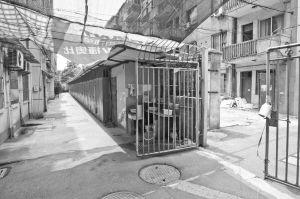 事发地点,小芳和抢劫男子就在这个单元门口(白圈处)搏斗。