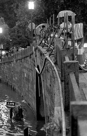 杭州西湖西泠桥被车撞断石护栏现场 记者 施健学 摄。